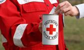 Foto: Ein DRK Helfer mit roter Einsatzjacke hält eine Spendendose in der rechten Hand. Eine andere Hand legt gerade eine Spende hinein. Dieses Foto ist gleichzeitig ein Link und führt Sie zu der Unterseite: Fördermitgliedschaft.